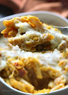 Cheesy Baked Pumpkin Pasta – the dish that got my family to like whole wheat pasta! Made with pumpkin, bacon, shallots, pecorino cheese and a touch of rosemary then topped with mozzarella cheese. Pumpkin Sauce, Pumpkin Pasta, Baked Pumpkin, Pumpkin Recipes, Fall Recipes, Healthy Pumpkin, Thanksgiving Recipes, Jai Faim, Skinny Recipes