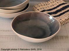 Assiette creuse Bambou couleur Iris en porcelaine finition craquelé et bord irrégulier. Cette assiette à soupe épurée et très tendance s'inscrit parfaitement dans une ambiance déco ethnique chic. Compatible lave-vaisselle et micro-ondes. Une création Pomax. Assiettes à dessert et plates sont également proposées à la vente.