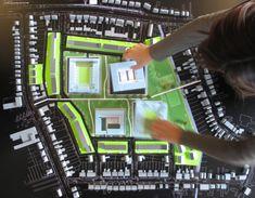 Architecte Beatrice toont de bewoners de stedenbouwkundige plannen in een interactieve sessie