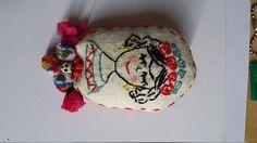Spilla  Frida in stoffa ricamata a mano