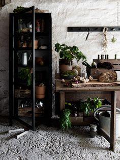 Det rustika köket lockar till  höstens matlagning. BJÖRKSNÄS vitrinskåp, SOCKER vattenkanna, INGEFÄRA kruka med fat, KNAGGLIG låda, KUBBIS hängare.