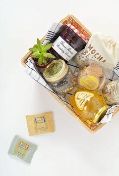 DIY breakfast in a box gift idea Breakfast Party, Breakfast Basket, Gourmet Breakfast, Breakfast In Bed, Diy Gift Baskets, Gift Hampers, Mocha, Gift Box For Men, Diy Gifts In A Box