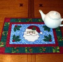 Santa Table Runner - Christmas Quilt - via @Craftsy