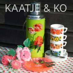 Retro Chinese thermoskan, kitschy bordjes van Kitsch Kitchen en vintage kop en schotels van Arcopal France. www.kaatje-en-ko.com