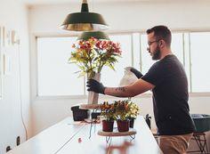 Com materiais simples e fáceis de encontrar, o designer Paulo Biacchi, da Fetiche Design, ensina a fazer objetos que poderiam estar à venda em qualquer loja de decoração. No vídeo a seguir, aprenda a fazer duas mesinhas de apoio para o jardim