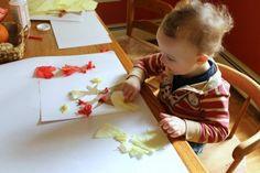 basteln-mit-2jährigen-papierschnipseln-kleben
