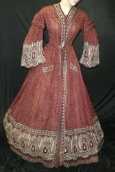 AUCTION SITE (unknown culture) red paisley sheer cotton wrapper, ca. 1850s Fashion, Victorian Fashion, Vintage Fashion, Women's Fashion, Vintage Gowns, Vintage Outfits, 1800s Clothing, Vintage Clothing, Historical Clothing