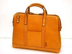 ファスナー式の口枠ビジネス(BW-109)はA4書類、A4ファイルが入る2サイズ展開の革鞄です。「HERZ(ヘルツ)公式通販」