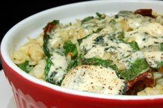 Pasta uit de oven met blauwe kaas, spinazie, witte wijn, zongedroogde tomaten en verse spinazie