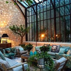 Under the glass roofs of this extension, a living room and indoor plants . - Under the glass roofs of this extension, a living room and indoor plants have found refuge - Home Interior Design, Exterior Design, Interior And Exterior, Victorian Home Decor, Victorian Homes, Glass Roof, Glass House, My Dream Home, Indoor Plants