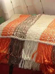 Resultado de imagen para pieceras a telar                                                                                                                                                      Más Loom Weaving, Hand Weaving, Types Of Weaving, Silk Ribbon Embroidery, Weaving Patterns, Weaving Techniques, Knitted Blankets, Loom Knitting, Rug Making