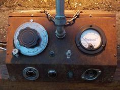 Articulo L1018. Lámpara sobre antiguo aparato medicinal, con cañeríade hierro galvanizado. Medidas 23 cm de ancho x 47 cm de alto x 34 cm de largo. Lámpara Multifilamento de carbono Antique Edison incluida.https://www.facebook.com/industrialyrecupero/