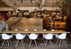 L'Art Shan cafè è uno spazio arioso su più livelli ispirato alla montagna e alla natura, dove rilassarsi in centro città