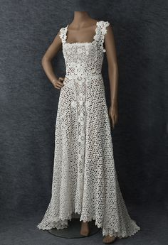 Mixed Irish lace wedding dress, With a graceful train in back, the simple style provides the ideal canvas for the exquisite lace. The floral pattern features Irish crochet roses and Brussels bobbin lace. Nature and art have flawlessly finished the Crochet Wedding Dress Pattern, Crochet Wedding Dresses, Wedding Dress Patterns, Crochet Lace Dress, Vintage Dress Patterns, Lace Patterns, Wedding Dress Styles, Crochet Roses, Vintage Crochet Dresses