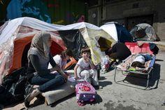 Radiografía de un fracaso La ONU pide a Occidente que reasiente a 480.000 sirios, casi cinco millones malviven en países vecinos Una familia de migrantes este miércoles en el puerto griego de Pireo.