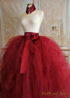 Tutú adulto del magnífico tul largo disponible en 36 colores. Se muestra aquí en rojo Borgoña y rojo. Tutú de la mujer tiene más de 600 yardas de tul lujoso. Esta falda de tul fabuloso es ridículo completa. Esta falda de tutú también puede ser usada como un tul sobre falda encima de un vestido, vestido o vestido corto para convertirla en un vestido.  También puede Agregar un resbalón de tutu separado para cobertura total. Impresionante tutú largo femenino que se crea para el volumen…