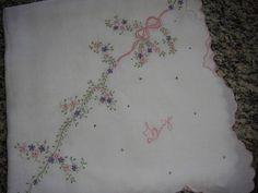 Fralda cremer luxo branca, bordada à maquina com canto em cambraia de algodão. Pode bordar o nome também, como na foto.