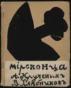 """El éxito a largo plazo de las artistas rusas debe mucho a la ruptura de la distinción tradicional entre las bellas artes y las artes aplicadas que se dio en la vanguardia rusa. La pintura fue una de las múltiples facetas, entre otras disciplinas como el diseño e ilustración de libros. Un claro ejemplo de colaboración fue el libro """"Mirskontsa (Worldbackwards)"""", 1912 en el que participan artistas como Goncharova, Larionov y Tatlin junto a poetas futuristas rusos. #ProgramaNosotras"""