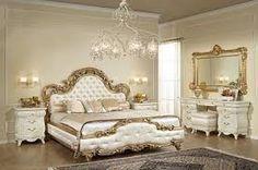 Este es el dormitorio más bonito de la casa! Esta habitación es muy luminosa y aparece también lujosa: en el centro hay una cama matrimonial con las sábanas blancas que parecen de seda. Encima de la cama hay tres almohadas del mismo color de las sábanas. Al lado de esta hay dos mesillas de noche.En el suelo hay una alfombra muy grande! A la derecha, colgado en la pared hay un espejo y debajo de ese hay dos pequeños muebles. Escuchar la música sobre esta cama, o simplemente relajarse, es…