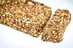 Batoane Granola de casă cu magiun de Topoloveni   De mult voiam să vin cu propunerea de a folosi magiun de Topoloveni pe post de liant/îndulcitor (dulce-acrișor) pentru rețete predominant raw. Noi îl consumăm aproape zilnic de vreo 2 ani de zile și suntem încantați.  Este nemaipomenit pe crackerși raw sau pe pâine integrală făcută în casă cu puțin unt de cocos mai ales când ne chinuie pofta de dulce astâmpără chiar și pofta de ciocolată.  Înainte de a începe să postez rețete care să conțină… Krispie Treats, Rice Krispies, Energy Bars, Granola Bars, Quinoa, Cereal, Food Porn, Breakfast, Desserts