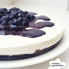 AKA musteläiskätesti-kakku. :) Tämä ei ole varsinainen raakakakku, koska jogurtti ei pastöroinnin ansiosta mahdu raakaruoan kriteereihi...