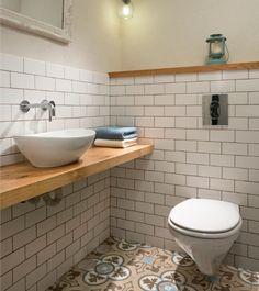 אמבט חלומי, ארונות אביזרי אמבטיה, ברזים מקלחונים, - מדפי עץ אלון מבוקע כפרי לפי מידה לכיור מונח.