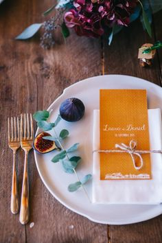 Fall wedding table setting | Image by Green Antlers Photography