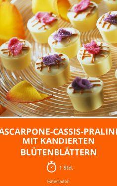 Mascarpone-Cassis-Pralinen mit kandierten Blütenblättern