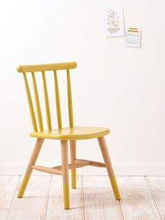Poser ses vêtements, lire ou travailler à sa table. La chaise de bureau s'inspire du style scandinave pour créer une déco tendance dans la chambre des
