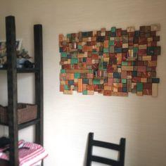 Декоративное деревянное панно на стену в интерьере изготовлено из дерева разных пород