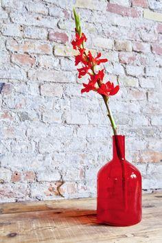 Ton in Ton- und was für einer! Gefärbte Glasvasen peppen Ihr zu Hause auf und präsentieren Ihre Schnittblumen mit Würde. Home Decor, Home Desk, Dark Furniture, Light In The Dark, Decorating Bottles, Cut Flowers, Living Area, Decoration Home, Room Decor