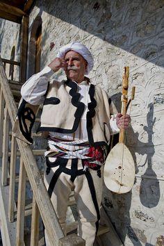 Lahuta-Spieler in männlicher Volkstracht ◆Kosovo – Wikipedia Folklore, Caucasian Race, Nativity Costumes, Albanian Culture, Ottoman Turks, Republic Of Macedonia, Folk Clothing, Real Style, Folk Costume