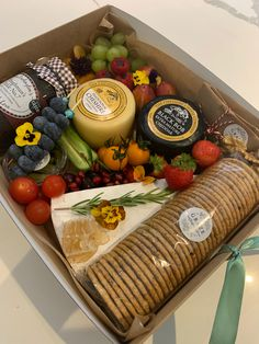 Charcuterie Lunch, Charcuterie Recipes, Charcuterie Cheese, Party Food Platters, Cheese Platters, Grazing Food, Graze Box, Lunch Catering, Food Hampers