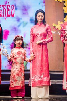 Đây là một trong những lần hiếm hoi Thu Ngân làm người mẫu catwalk sau khi đăng quang Hoa hậu Bản sắc Việt 2016.
