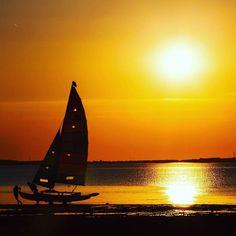 """E já que o verão acaba de acabar aqui na Europa lá vai mais um belo registro daquele pôr do sol perfeito em Whitstable Beach semanas atrás... Sim isso foi na """"chuvosa"""" Inglaterra! Uma homenagem!  #england #whitstable #sunset #summer #goodbyesummer #sea #pordosol #eurotrip2016"""