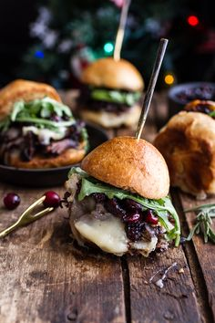 Gingery Steak and Brie Sliders with Balsamic Cranberry sauce.toasted brioche bun topped with short ribs, Brie cheese, arugula and a delicious cranberry sauce Slider Recipes, Burger Recipes, Appetizer Recipes, Appetizers, Tostadas, Tacos, Brie, Mini Burgers, Veggie Burgers