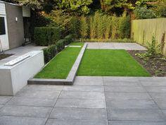 1 kleine moderne achtertuin met rvs waterelement in een betonnen muur hoe leg ik een strakke moderne achtertuin aan