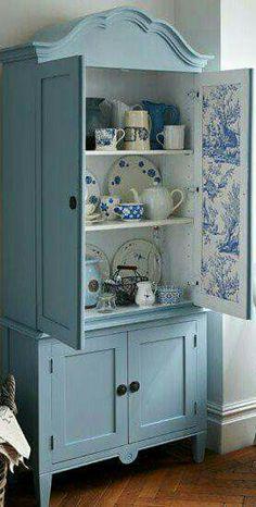 Movel antigo  pintado de azul e portas com tecido