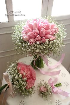 ピンクのチューリップとかすみ草のブーケ。合わせて似た色味でのトスブーケもオーダー...