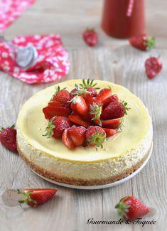 Un dessert tout doux relevé par son délicieux coulis acidulé Cheesecake, Desserts, Strawberry Rhubarb Crumble, Greedy People, Everything, Tailgate Desserts, Deserts, Cheesecakes, Postres