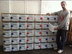 mueble con galones plàsticos