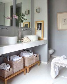 Una forma práctica de tener organizado el baño es colocando cestas (de mimbre o de cualquier otro material).