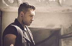 GIF Eric giving Tris the best death stare ever!! xD