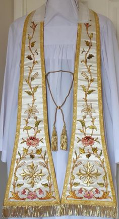 http://www.luzarvestments.co.uk/stoles_pages/6187%20White%20Preaching%20Stole.jpg