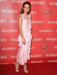 Alicia Vikander en robe rose à volants
