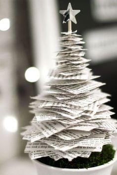 Kerstboom van boeken en papier