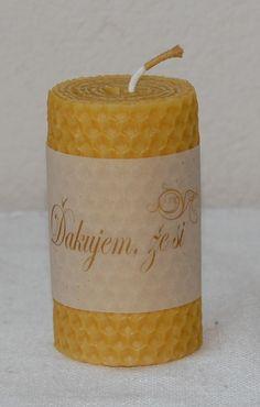 Sviečka z včelieho vosku s venovaním.
