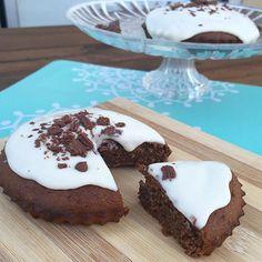 Tortita súper light para festejar el #diadelamigo  Queda súper esponjosa y es re light!! Lleva: (todo procesado en licuadora o minipimer, para dos unidades) -1/2 taza de avena o salvado de avena -1 postrecito de chocolate light -2 huevos -1 cdita de polvo de hornear -1 cdita de cacao amargo (o el que tengas!) -5 sobres de edulcorante (sucralosa)  Colocar en moldes. Yo lo hice en estos de tarteletas y salieron dos pero en los de muffins salen cuatro.  Llevar a horno moderado por 20 min...