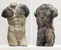 L'artiste italien Fabio Viale crée des sculptures de marbre classique familières avec une touche contemporaine inattendue. Il prend un torse grec, l