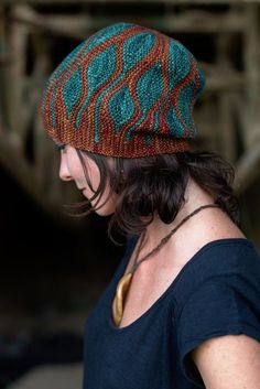 Toph is the fourth Hat from the Elemental collection and it represents earth. It's the last of the classical elements as proposed by Empedocles, and is probably everyone's favourite. Here earth is literally represented by the leaves adorning this Hat. The short rows form the pattern,